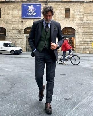 Come indossare e abbinare un fazzoletto da taschino stampato verde scuro: Potresti indossare un abito grigio scuro e un fazzoletto da taschino stampato verde scuro per un look semplice, da indossare ogni giorno. Sfodera il gusto per le calzature di lusso e opta per un paio di scarpe double monk in pelle marrone scuro.