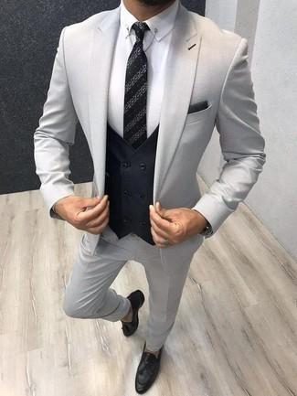 Come indossare e abbinare un gilet nero: Opta per un gilet nero e un abito grigio per un look elegante e alla moda. Mocassini con nappine in pelle neri renderanno il tuo look davvero alla moda.