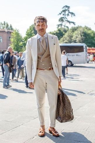 Come indossare e abbinare una cravatta beige: Metti un abito beige e una cravatta beige per un look elegante e alla moda. Aggiungi un tocco fantasioso indossando un paio di mocassini con nappine in pelle terracotta.