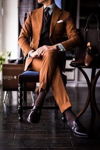 Come indossare e abbinare una camicia elegante a righe verticali bianca e blu scuro: Indossa una camicia elegante a righe verticali bianca e blu scuro con un abito terracotta per un look elegante e alla moda. Scarpe monk in pelle melanzana scuro sono una buona scelta per completare il look.