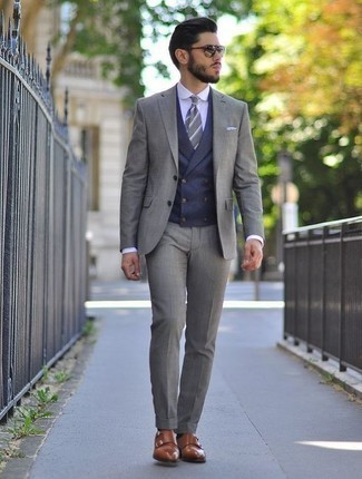 Come indossare e abbinare un gilet blu scuro: Vestiti con un gilet blu scuro e un abito grigio come un vero gentiluomo. Opta per un paio di scarpe double monk in pelle marroni per un tocco più rilassato.