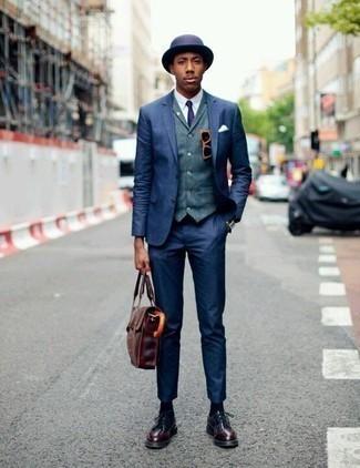 Come indossare e abbinare occhiali da sole bordeaux: Per un outfit quotidiano pieno di carattere e personalità, potresti indossare un abito blu scuro e occhiali da sole bordeaux. Prova con un paio di scarpe derby in pelle bordeaux per dare un tocco classico al completo.
