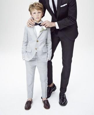 Come indossare: abito grigio, camicia a maniche lunghe bianca, mocassini eleganti marrone scuro, papillon nero
