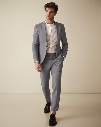 Trend da uomo 2020: Opta per un abito grigio e una camicia a maniche lunghe bianca come un vero gentiluomo. Rifinisci questo look con un paio di scarpe derby in pelle nere.