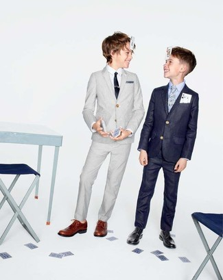 Come indossare: abito grigio, camicia a maniche lunghe bianca, scarpe oxford marroni, cravatta nera