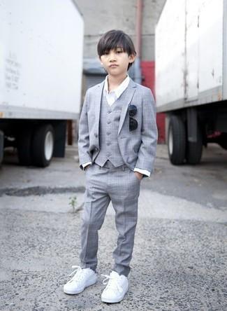 Come indossare e abbinare: abito grigio, camicia a maniche lunghe bianca, sneakers bianche, occhiali da sole neri