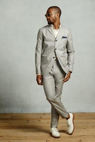 Come indossare e abbinare scarpe derby in pelle scamosciata bianche: Coniuga un abito grigio con una camicia elegante scozzese beige per un look elegante e alla moda. Perfeziona questo look con un paio di scarpe derby in pelle scamosciata bianche.
