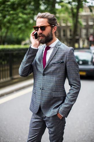 Come indossare e abbinare: abito a quadri grigio, camicia elegante bianca, cravatta viola melanzana, fazzoletto da taschino stampato verde scuro