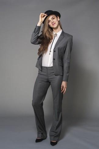 Sfoggia il tuo aspetto migliore con una camicia elegante bianca e un abito. Aggiungi un tocco fantasioso indossando un paio di décolleté in pelle scamosciata neri.