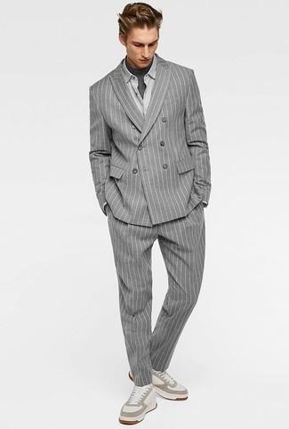 Come indossare e abbinare una t-shirt girocollo grigio scuro: Potresti indossare una t-shirt girocollo grigio scuro e un abito a righe verticali grigio per creare un look smart casual. Prova con un paio di sneakers basse in pelle bianche per un tocco più rilassato.