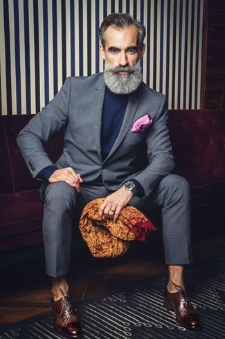 Come indossare e abbinare un fazzoletto da taschino fucsia: Scegli un abito a quadri grigio e un fazzoletto da taschino fucsia per un pranzo domenicale con gli amici. Mettiti un paio di scarpe oxford in pelle marrone scuro per un tocco virile.