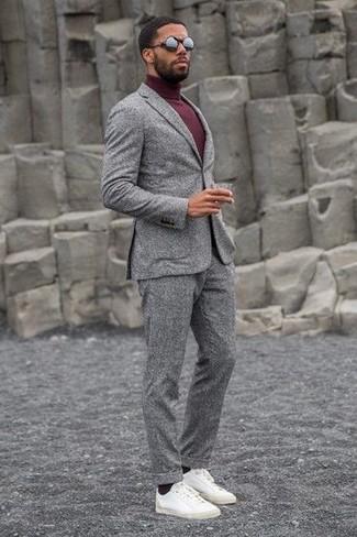Come indossare: abito di lana grigio, dolcevita bordeaux, sneakers basse in pelle bianche, occhiali da sole neri