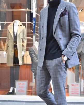 Come indossare e abbinare: abito scozzese grigio, dolcevita nero, fazzoletto da taschino stampato melanzana scuro, orologio in pelle marrone scuro