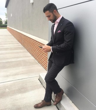 Come indossare e abbinare: abito scozzese grigio scuro, camicia a maniche lunghe rosa, scarpe brogue in pelle marroni, fazzoletto da taschino stampato rosa