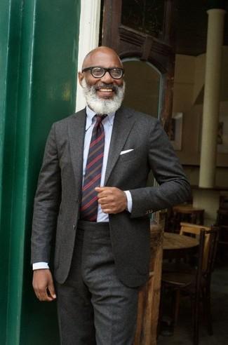 Come indossare e abbinare una cravatta a righe orizzontali blu scuro: Metti un abito di lana grigio scuro e una cravatta a righe orizzontali blu scuro per un look elegante e di classe.