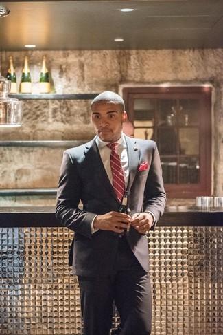 Come indossare e abbinare: abito grigio scuro, camicia elegante bianca, cravatta a righe verticali rossa, fazzoletto da taschino rosso