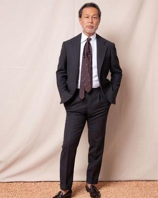 Come indossare e abbinare una cravatta stampata bordeaux: Scegli un abito grigio scuro e una cravatta stampata bordeaux per un look elegante e alla moda. Scegli uno stile casual per le calzature con un paio di mocassini con nappine in pelle marrone scuro.