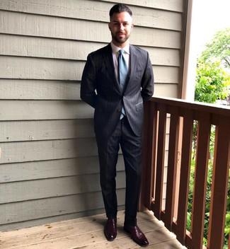 Come indossare e abbinare: abito a righe verticali grigio scuro, camicia elegante bianca, mocassini eleganti in pelle bordeaux, cravatta foglia di tè