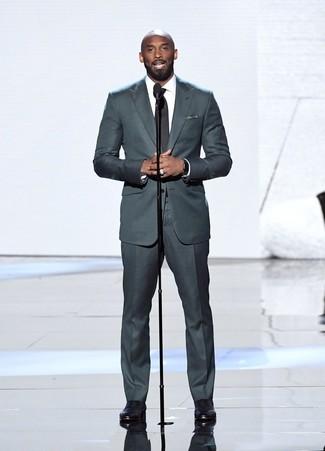 Come indossare e abbinare: abito grigio scuro, camicia elegante bianca, scarpe oxford in pelle nere, fazzoletto da taschino a pois nero e bianco