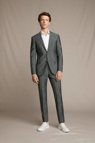 Trend da uomo 2020: Potresti combinare un abito grigio scuro con una camicia elegante bianca per un look elegante e alla moda. Per un look più rilassato, prova con un paio di sneakers basse in pelle bianche.