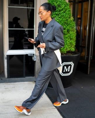 Moda donna anni 40: Prova ad abbinare una t-shirt girocollo stampata nera e bianca con un abito grigio scuro per affrontare con facilità la tua giornata. Opta per un paio di scarpe sportive terracotta per avere un aspetto più rilassato.