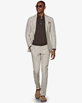 Trend da uomo 2020: Punta su un abito grigio e una maglia  a polo marrone scuro per una silhouette classica e raffinata Se non vuoi essere troppo formale, calza un paio di espadrillas in pelle scamosciata beige.