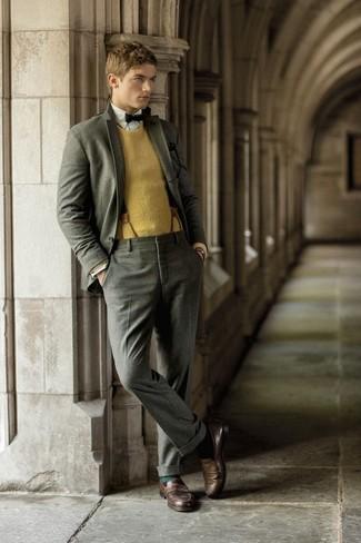 Come indossare e abbinare: abito di lana grigio, maglione girocollo senape, camicia a maniche lunghe bianca, mocassini eleganti in pelle marrone scuro