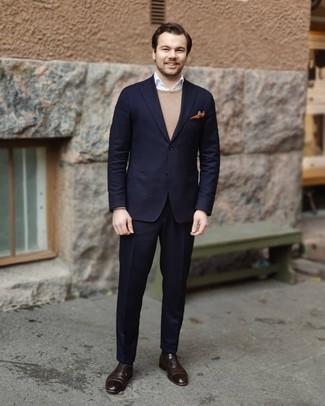 Come indossare e abbinare un maglione girocollo marrone chiaro: Abbina un maglione girocollo marrone chiaro con un abito blu scuro per una silhouette classica e raffinata Scegli un paio di scarpe oxford in pelle marrone scuro come calzature per un tocco virile.