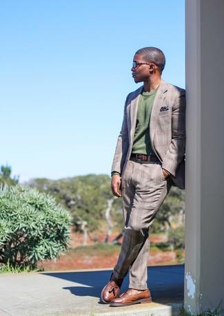 Come indossare e abbinare: abito scozzese grigio, maglione girocollo verde oliva, mocassini con nappine in pelle marroni, fazzoletto da taschino stampato blu scuro