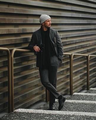 Come indossare e abbinare: abito a righe verticali grigio scuro, maglione girocollo nero, scarpe derby in pelle nere, berretto grigia