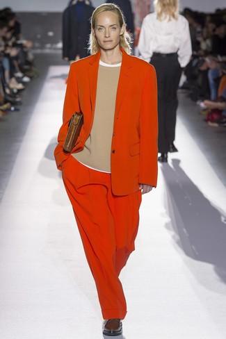 Prova a combinare un maglione girocollo marrone chiaro con un abito per un look raffinato ma semplice. Scarpe oxford in pelle marrone scuro doneranno eleganza a un look altrimenti semplice.