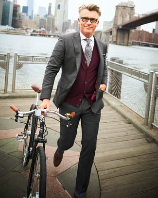 Come indossare e abbinare calzini a righe orizzontali blu: Prova ad abbinare un abito grigio con calzini a righe orizzontali blu per affrontare con facilità la tua giornata. Scegli un paio di mocassini con nappine in pelle scamosciata marrone scuro come calzature per un tocco virile.