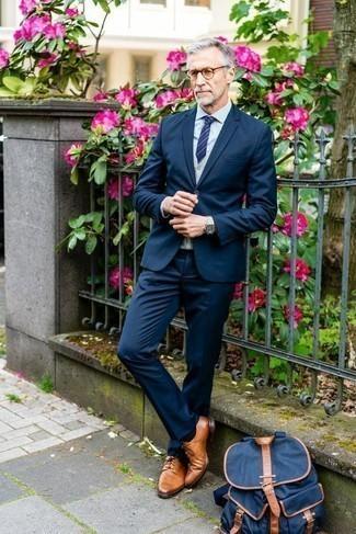 Come indossare e abbinare un maglione senza maniche grigio: Potresti combinare un maglione senza maniche grigio con un abito blu scuro per un look elegante e alla moda. Per un look più rilassato, opta per un paio di scarpe derby in pelle terracotta.