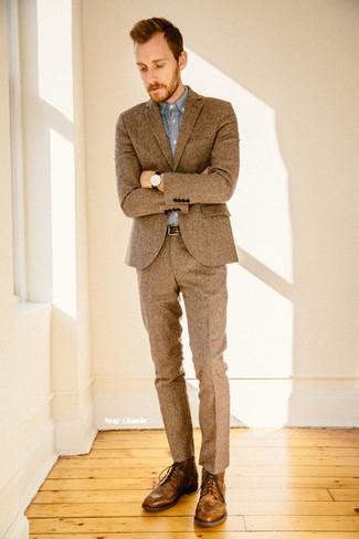 4707ec6fe552 ... Look alla moda per uomo: Abito di lana marrone, Camicia elegante in chambray  azzurra
