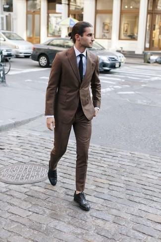 Come indossare e abbinare una cravatta nera: Metti un abito marrone e una cravatta nera per un look elegante e di classe. Se non vuoi essere troppo formale, scegli un paio di scarpe brogue in pelle nere.