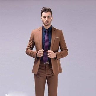 Come indossare e abbinare: abito marrone, camicia elegante blu scuro, cravatta stampata viola melanzana, cintura in pelle marrone