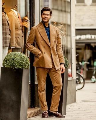 Come indossare e abbinare: abito di velluto a coste marrone chiaro, camicia a maniche lunghe blu scuro, mocassini con nappine in pelle marroni, calzini beige