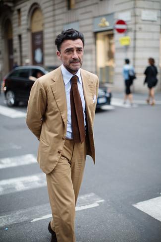 Come indossare e abbinare: abito marrone chiaro, camicia elegante azzurra, cravatta lavorata a maglia marrone, fazzoletto da taschino bianco