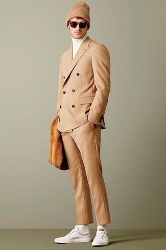 Come indossare e abbinare: abito marrone chiaro, dolcevita bianco, sneakers basse bianche, berretto marrone chiaro