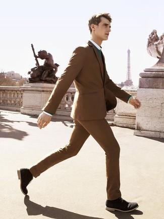 Come indossare e abbinare: abito marrone, maglione girocollo verde, camicia elegante bianca, chukka in pelle scamosciata nere