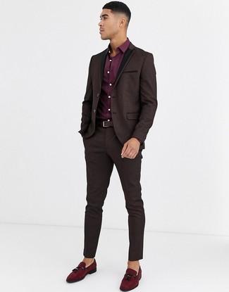 Come indossare e abbinare: abito in broccato marrone scuro, camicia elegante bordeaux, mocassini con nappine in pelle scamosciata bordeaux, cintura in pelle marrone scuro