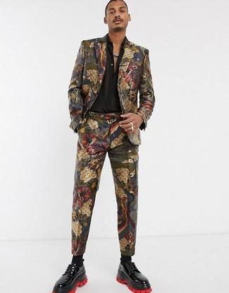 Come indossare e abbinare: abito in broccato multicolore, camicia a maniche lunghe di seta nera, scarpe derby in pelle nere, calzini neri