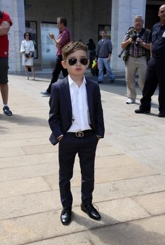 Come indossare e abbinare: abito nero, camicia a maniche lunghe bianca, scarpe oxford nere