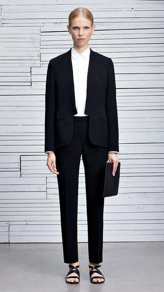 Sfoggia il tuo aspetto migliore con una camicia elegante bianca e un abito. Sandali piatti in pelle neri aggiungono un tocco particolare a un look altrimenti classico.