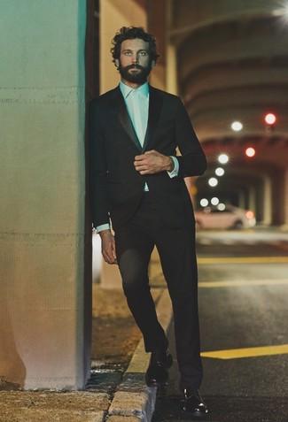 Come indossare e abbinare: abito nero, camicia elegante bianca, scarpe derby in pelle nere