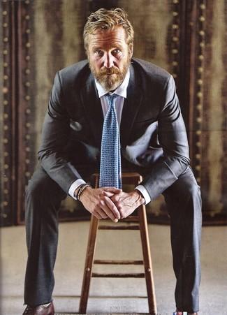 Come indossare e abbinare una cravatta stampata azzurra: Sfodera un look elegante con un abito nero e una cravatta stampata azzurra. Calza un paio di scarpe oxford in pelle marrone scuro per avere un aspetto più rilassato.