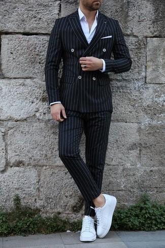Come indossare e abbinare sneakers basse in pelle bianche: Metti un abito a righe verticali nero e una camicia elegante bianca per un look elegante e di classe. Sneakers basse in pelle bianche aggiungono un tocco particolare a un look altrimenti classico.