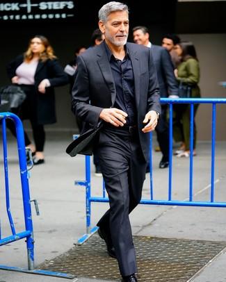 Come indossare: abito nero, camicia elegante nera, scarpe oxford in pelle nere, cintura in pelle nera