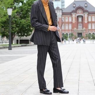 Trend da uomo 2020: Potresti indossare un abito a righe verticali nero e un dolcevita terracotta per un look da sfoggiare sul lavoro. Sfodera il gusto per le calzature di lusso e scegli un paio di mocassini con nappine in pelle neri.