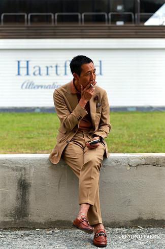Moda uomo anni 40: Abbina un abito marrone chiaro con un polo terracotta per un look da sfoggiare sul lavoro. Indossa un paio di mocassini eleganti in pelle marroni per dare un tocco classico al completo.